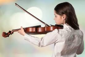 copil canta la vioara